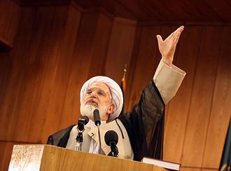 مهدی کروبی: تا برگزاری انتخابات آزاد و رفع موانع موجود ایستادهام (عکس از آرشیو)