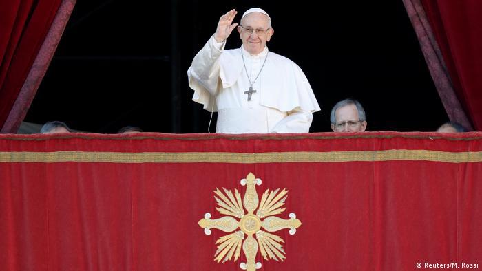 El Papa Francisco durante su mensaje Urbi et Orbi, desde la logia central de la Basílica de San Pedro.