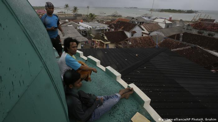 People take shelter on top of a mosque (picture-alliance/AP Photo/A. Ibrahim)
