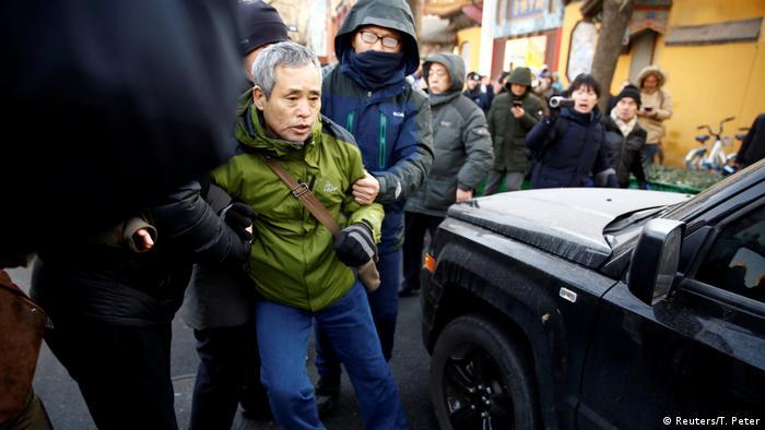 Vor dem Gerichtsgebäude in Tianjin wird ein Menschenrechtsaktivist abgeführt. (Reuters/T. Peter)