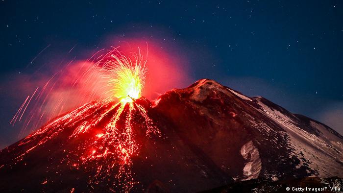 کسانی که شامگاه سهشنبه ۱۶ فوریه در مناطق شرقی سیسیل اقامت داشتند، شاهد فوران این کوه آتشفشانی بودند. ابری صورتی رنگ بر فراز قله برفی کوه اتنا. تصویری که در بسیاری از رسانهها به نمایش گذاشته شد.