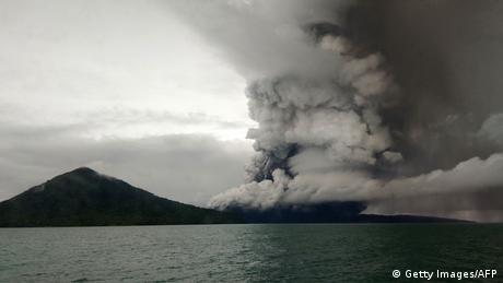 Indonesien Vulkan Anak Krakatau (Getty Images/AFP)
