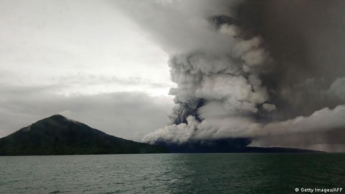 El volcán Anak Krakatau sigue siendo peligroso. Las autoridades indonesias han elevado el nivel de alerta al segundo más alto. Una nueva explosión podría desencadenar nuevos tsunamis. El volcán se encuentra en el estrecho marítimo entre las islas de Java y Sumatra y es uno de los volcanes más activos del mundo. Con solo 90 años, es uno de los más jóvenes del mundo.
