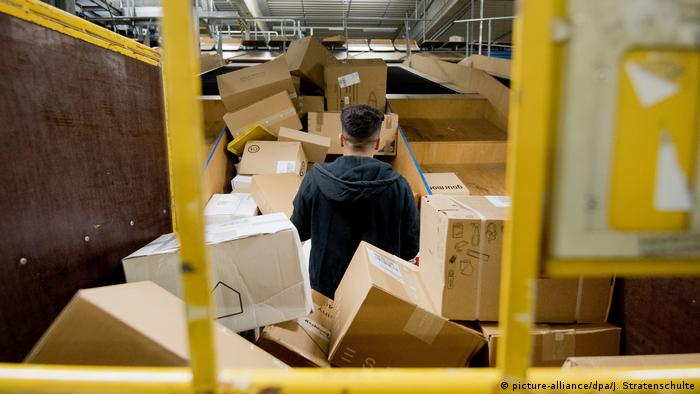 Paketzentrum Zusteller Pakete (picture-alliance/dpa/J. Stratenschulte)