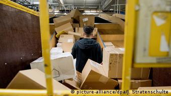 Работник, сортирующий посылки