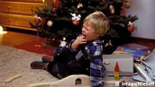 Symbolbild - Kind enttäuscht über Geschenk