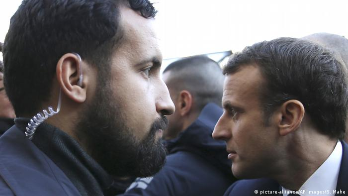Alexandre Benalla left and Emmanuel Macron (picture-alliance/AP Images/S. Mahe)