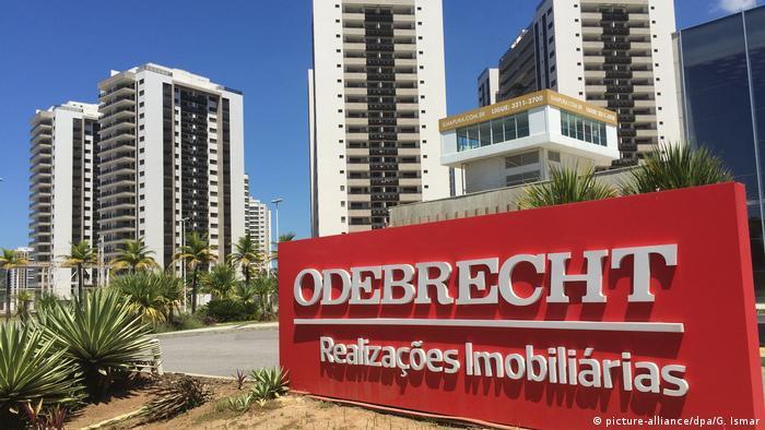Brasilien Rio de Janeiro Schild der Baufirma Odebrecht