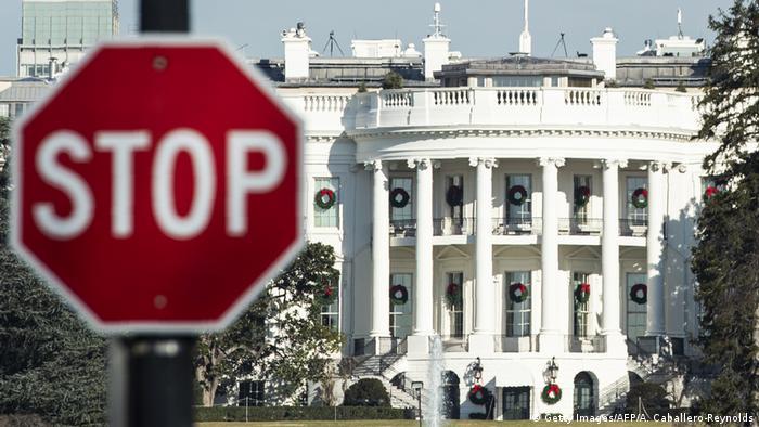 Белый дом в Вашингтоне и знак STOP