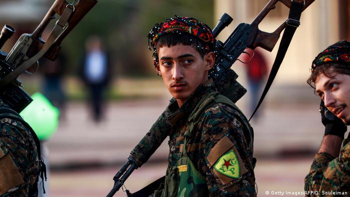 Jovens curdos armados