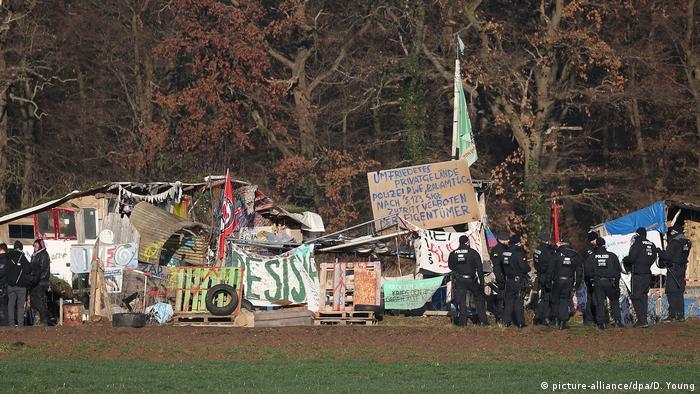Manifestantes tratan de evitar la tala del bosque de Hambach, en Renania del Norte-Westfalia. (Archivo).