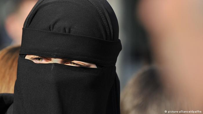 A fully veiled woman in Frankfurt in 2011 (picture-alliance/dpa/Ihe)