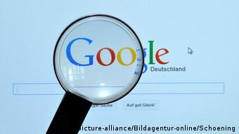 Логотип Google на экране компьютера с наведенной на него лупой