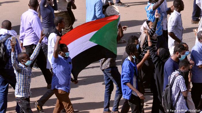 Sudanese people protesting, waving flag (Reuters/M.N. Abdallah)