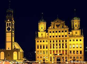 Prefeitura renascentista e torre antiga da cidade