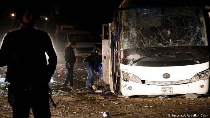 Ägypten Zwei Tote bei Anschlag auf Touristenbus nahe Pyramiden von Gizeh (Reuters/A. Abdallah Dalsh)
