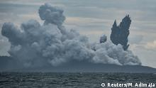 28.12.2018 +++ Mount Anak Krakatau volcano spews hot ash during an eruption as seen from Indonesian Naval Patrol Boat, KRI Torani 860, at Sunda strait in Banten, Indonesia, December 28, 2018. Antara Foto/Muhammad Adimaja via REUTERS ATTENTION EDITORS - THIS IMAGE WAS PROVIDED BY A THIRD PARTY. INDONESIA OUT. MANDATORY CREDIT. TPX IMAGES OF THE DAY
