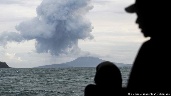 El volcán Anak Krakatoa entró en erupción expulsando nubes de ceniza a más de 500 metros de altura, además de magma. Una erupción de ese volcán en 2018 causó al menos 439 muertos debido a un tsunami. (11.04.2020).