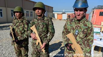 Afghan troops in Mazar-e Sharif (picture-alliance/dpa/J. McDougall)