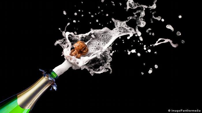 Sektkorken fliegt aus Flasche (Imago/Panthermedia)