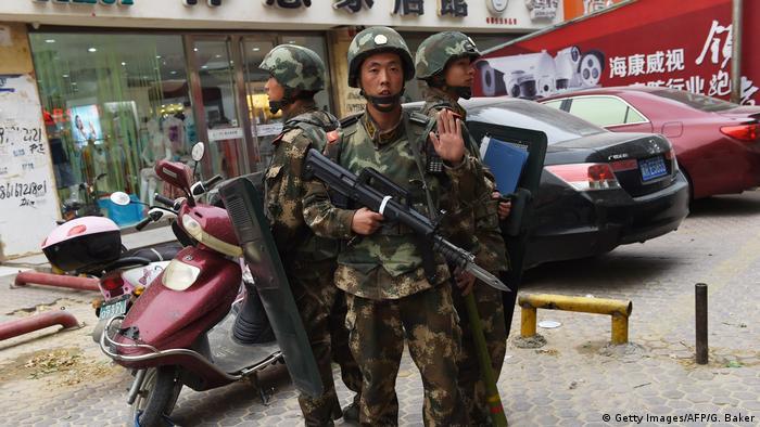 Symbolbild China Polizeipatrouille (Getty Images/AFP/G. Baker)