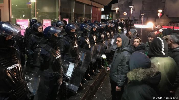 Policijski kordon i demonstranti
