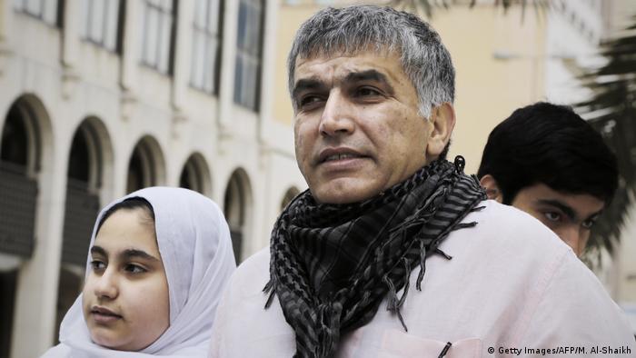 المعارض البحريني البارز نبيل رجب مع ابنته ملك (صورة من الأرشيف)