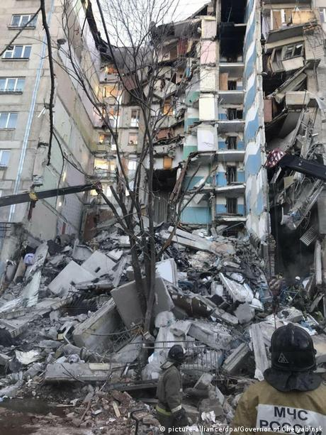 Rescuers at the front of the residential building which was partially destroyed (picture-alliance/dpa/Governor of Chelyabinsk)