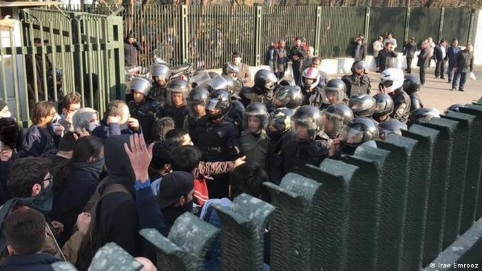 مقابله نیروهای امنیتی با دانشجویان معترض، عکس از آرشیو