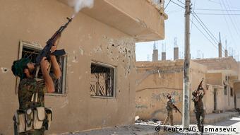Kurdische Kämpfer schießen auf eine Drohne des IS Raqqa Rakka (Reuters/G. Tomasevic)