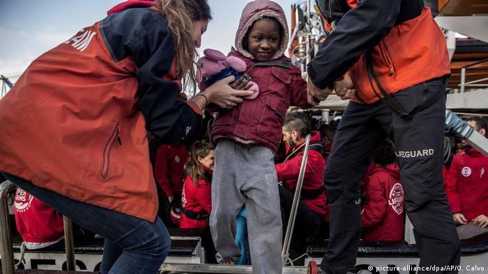 Symbolbild   Flüchtlinge im Mittelmeer (picture-alliance/dpa/AP/O. Calvo)