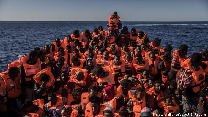 Symbolbild | Flüchtlinge im Mittelmeer (picture-alliance/dpa/AP/S. Palacios)