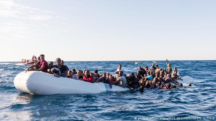 Symbolbild   Flüchtlinge im Mittelmeer (picture-alliance/dpa/SOS MEDITERRANEE/L. Schmid)