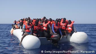 Symbolbild   Flüchtlinge im Mittelmeer