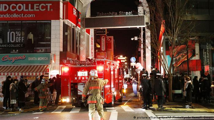 Police and firefighters inspect the site of a car attack near Takeshita Street in Tokyo, early Tuesday, Jan. 1, 2019 (picture-alliance/dpa/AP Photo/Kyodo News/Y. Omori)