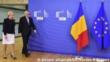 05.12.2018 ARCHIV - 05.12.2018, Belgien, Brüssel: Jean-Claude Juncker, Präsident der EU-Kommission, und Viorica Dancila, Ministerpräsidentin von Rumänien, kommen zu einem Treffen. Rumänien wird am 1. Januar 2019 die EU-Ratspräsidentschaft übernehmen. (zu dpa Vor Rumäniens EU-Ratspräsidentschaft: Juncker zweifelt an Bukarest vom 29.12.2018) Foto: Geert Vanden Wijngaert/AP/dpa +++ dpa-Bildfunk +++ |