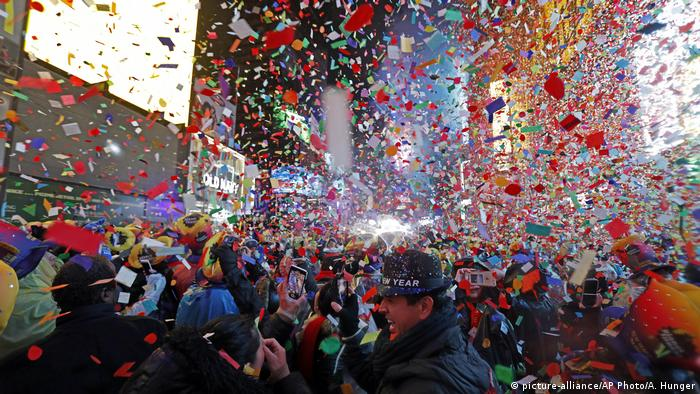 USA New York Neujahrsfeier am Times Square (picture-alliance/AP Photo/A. Hunger)