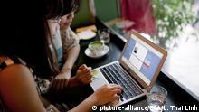 Vietnam Hanoi Zwei Frauen am Laptop
