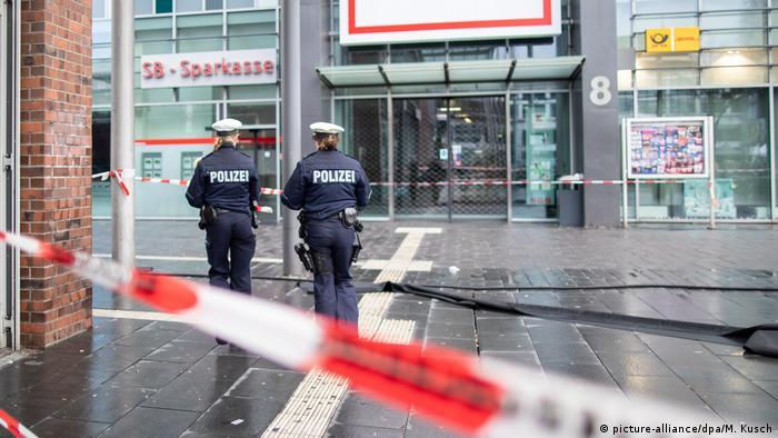 Deutschland Mann fährt in Fußgängergruppe