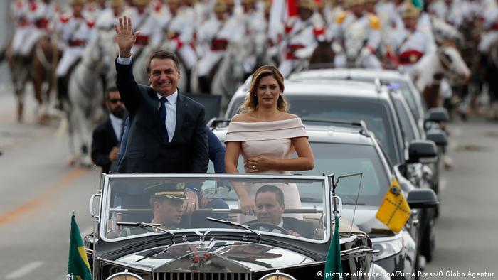 Bolsonaro e primeira-dama Michelle desfilam em carro aberto durante cerimônia de posse