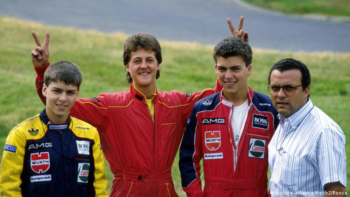 Michael Schumacher (segundo da esq.) faz sinal da vitória em foto tirada na pista de kart de Kerpen, junto a Guido Piedade (primeiro da esquerda), Marc Piedade (terceiro da esq. para a dir.) e Domingos Piedade, de camisa, à direita