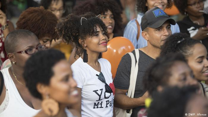 At Santo Domingo's 'Afro Feria,' or Afro Fair, crowd members gather to watch a performance (DW/Fran Afonso)