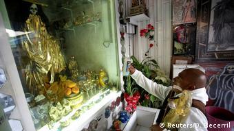 Foto de hombre frente a altar de La Santa Muerte en Tepito