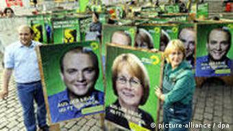 Немецкиезеленые с плакатами кандидатов в канцлеры ФРГ в 2009 году