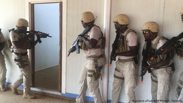 Niger Paramilitäreinheit der Polizei bei Übung (picture-alliance/AP Photo/C. Petesch)