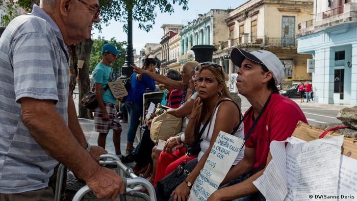People on the street in Havana (DW/Sanne Derks)