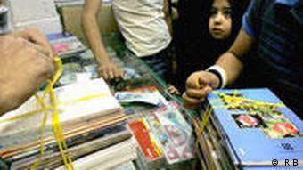 در ایران خرید کتابهای درسی بر عهده خانوادهها است