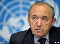 Judge Richard Goldstone, from South Africa, Head of the UN Fact Finding Mission on the Gaza Conflict, speaks during a press conference about the Human Rights Council fact-finding mission on Gaza conflict at the United Nations building in Geneva, Switzerland, Tuesday, July 7, 2009. The hearings in Geneva follow a first set of hearings in the Gaza Strip late last month that were dominated by testimony of Palestinians caught under Israeli shelling during the 22-day offensive. (AP Photo/Keystone/Martial Trezzini)