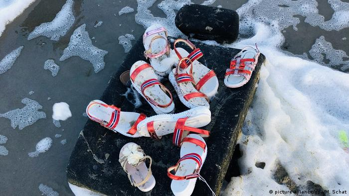 Sandals on the beach, washed ashore from MV Zoe (picture-alliance/dpa/M. Schat)