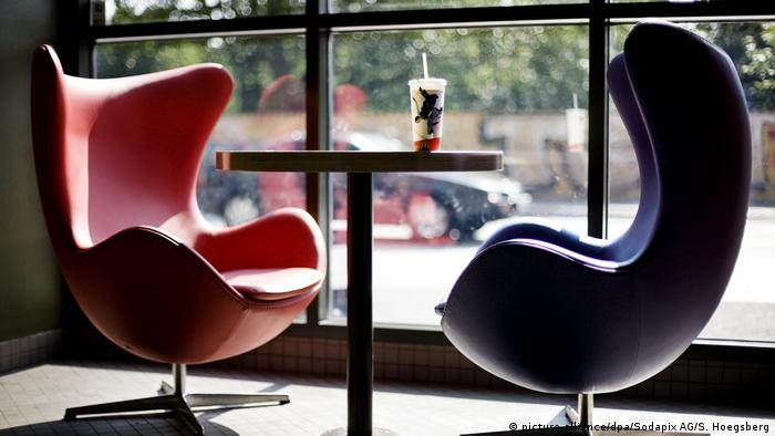 Two lounge chairs by Arne Jacobsen facing each other over a table (picture-alliance/dpa/Sodapix AG/S. Hoegsberg)